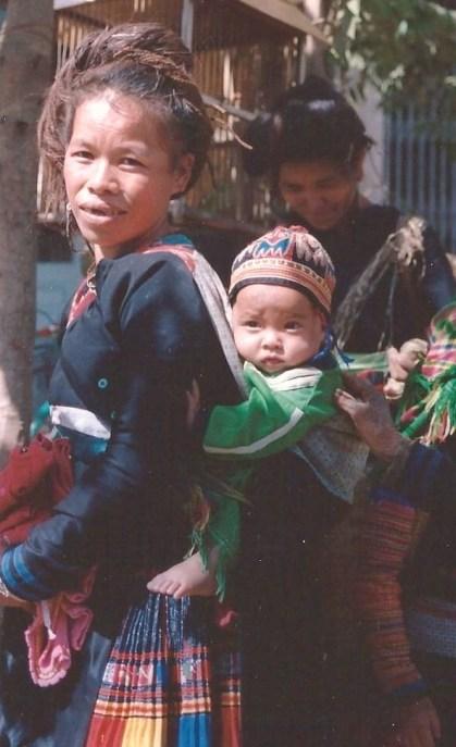 Hmong noire et son bébé, Nord Vietnam (décembre 2001)