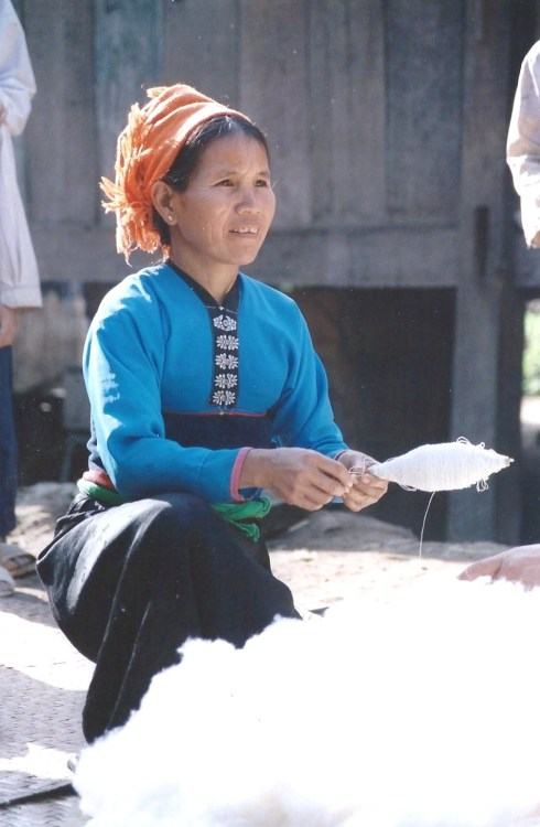 Tisseuse de coton, Nord Vietnam (décembre 2001)