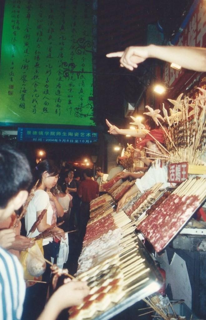 Brochettes d'insectes, Pékin (août 2004)