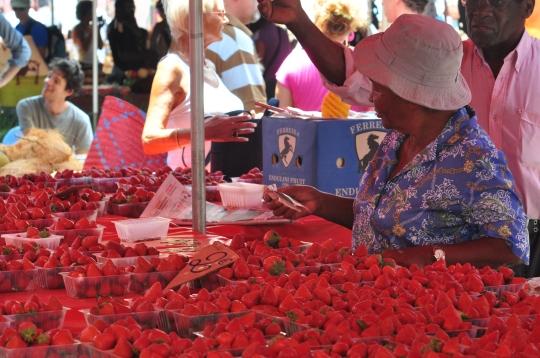 Marchande de fraises, Marché de St-Paul (octobre 2011)
