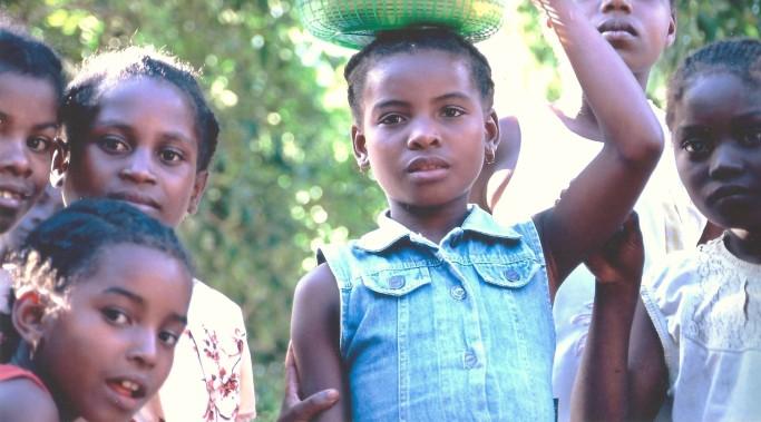 Jeunes filles, Vinavao, Cap Masoala, Madagascar (octobre 2006)