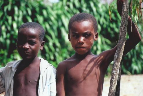 Garçons malgaches, Ampanavoana, Madagascar (octobre 2006)