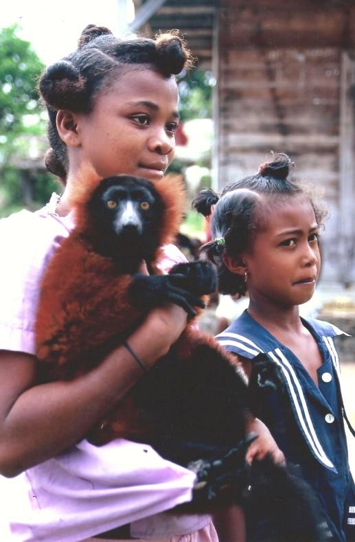 Jeunes filles entre Vinavao et Ampanavoana, Cap Masoala, Madagascar (octobre 2006)