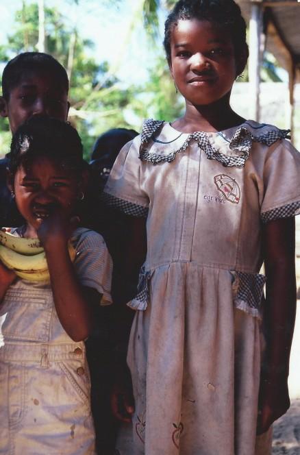 Fillettes entre Vinavao Ampanavoana, Cap Masoala, Madagascar (octobre 2006)
