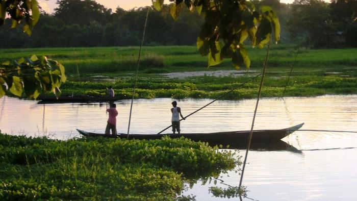 C'est le début de septembre : la saison des pluies est terminée, la rivière Brahmapoutre coule à nouveau calmement